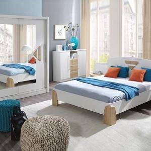 Sypialnia Notte to połączenie bieli na wysoki połysk i jasnego drewna. Aranżację urozmaicają kolorowe wstawki w kolorze miodowym. Fot. Fadome.
