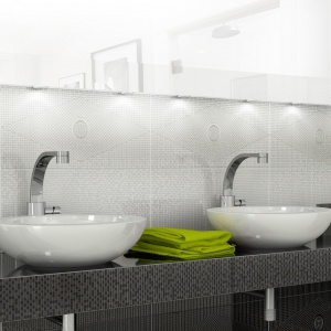 Oryginalne, cyfrowe nadruki płytek przedstawiają geometryczny wzór. Ściany w takiej okładzinie dodają łazience wytwornego charakteru. Na zdjęciu: seria Versal marki Polcolorit. Fot. Polcolorit.
