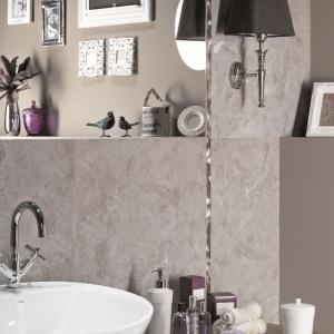Niemal jak prawdziwy beton, płytki gresowe dodają łazience klimatu loft. Modne szarości są eleganckim tłem dla aranżacji w kobiecym stylu glamour. Na zdjęciu: seria Calina marki Ceramstic. Fot. Ceramstic.