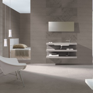 Łazienka przy sypialni to wnętrze w stylu minimalistycznym. Ponadczasowa biel idealnie współgra tu z szarymi płytkami w kształcie prostokątów. Na zdjęciu: kolekcja Armony marki Azteca. Fot. Azteca