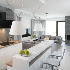 Elementem przykuwającym wzrok domowników i gości jest oświetlenie w salonie oraz w kuchni. Uwypuklają one biel szczegółów, a drobne światełka na podwieszanych sufitach urzekają swoim wyglądem.