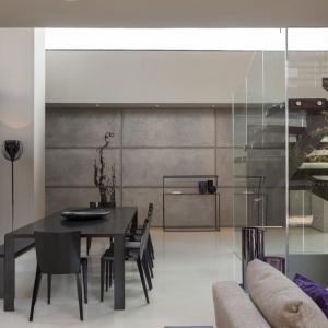 We wnętrzu nie brak surowych, niemal industrialnych materiałów, jak betonowe płyty na ścianach. Projekt: Nico van der Meulen i Werner van der Meulen. Fot. Barend Roberts and David Ross.