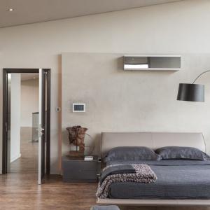 Sypialnię usytuowano na przeszklonej antresoli. Wnętrze jest pięknie oświetlone naturalnym światłem, dodatkowo odbijającym się od jasnych ścian. Projekt: Nico van der Meulen i Werner van der Meulen. Fot. Barend Roberts and David Ross.