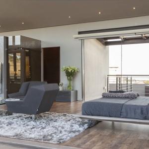 Wnętrze domu zdaje się być wypełnione po brzegi powietrzem. Wrażenie lekkości potęgują wszechobecne przeźroczyste przeszklenia i otwarte przestrzenie. Projekt: Nico van der Meulen i Werner van der Meulen. Fot. Barend Roberts and David Ross.
