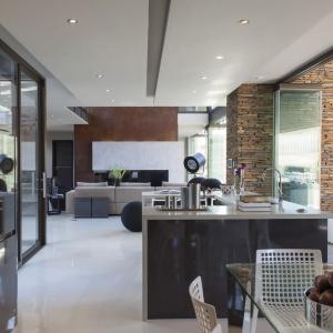 Parter domu to przestronna strefa dzienna, w obrębie której urządzono kuchnię, dwie jadalnie i dwa salony. Projekt: Nico van der Meulen i Werner van der Meulen. Fot. Barend Roberts and David Ross.