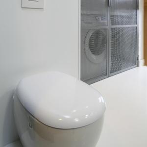 Sedes ma łagodnie zarysowane krawędzie. To element sprawiający, że surowy wystrój łazienki jest bardziej domowy. Fot. Bartosz Jarosz.