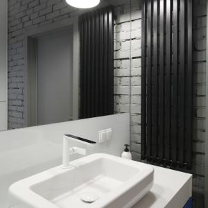 Chromowano-biała bateria umywalkowa ma oryginalną, płaską wylewkę. Fot. Bartosz Jarosz.