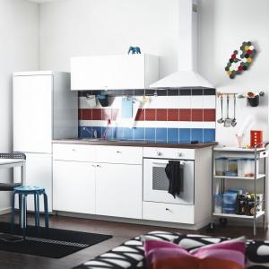 Kuchnia Metod Haggeby z białymi frontami, wykończonymi folią melaninową. Laminowany blat Säljan imituje orzech. Fot. IKEA.