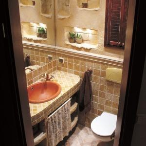 Dwumetrowa łazienka w stylu retro – pod umywalką duża szafka z zasłonką. Projekt: Beata Kozieradzka. Fot. Paweł Supernak.