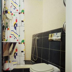 Na 2 m kw. zmieścił się nawet prysznic. Po odsunięciu zasłonki łazienka wydaje się większa. Projekt: Zbigniew Tomaszczyk. Fot. Tomasz Markowski.