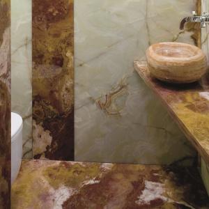 Dwumetrowa łazienka w onyksie – oprócz umywalki i sedesu jest w nim przestronny blat na kosmetyki. Projekt: Kinga Śliwa. Fot. Bartosz Jarosz.