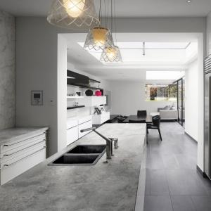 Blat kuchenny Raw Concrete do złudzenia przypomina prawdziwy beton. Idealny do kuchni nowoczesnych i industrialnych. Fot. Pfleiderer.
