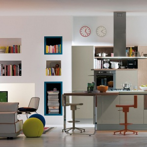 Meble kuchenne i salonowe pozwalające spójnie urządzić nieduże wnętrze. Fot Veneta Cucine.