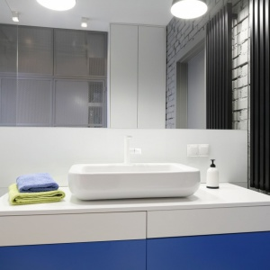 Łazienka w stylu loft ma dużą taflę lustra zamontowaną nad umywalką. Projekt: Monika i Adam Bronikowscy. Fot. Bartosz Jarosz.