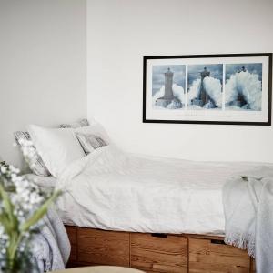 Kącik sypialniany to wysokie, drewniane łóżko wyposażone w pojemne szuflady w dolnej części mebla. Fot. Stadshem/Janne Olander.