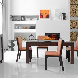 Kolekcja mebli jadalnianych Modern to nowoczesne wzornictwo, ciepły, głęboki kolor drewna oraz możliwość dowolnego komponowania zestawów mebli, wraz ze zmienianiem frontów, wykonanych z pleksi. Fot. Meble VOX.