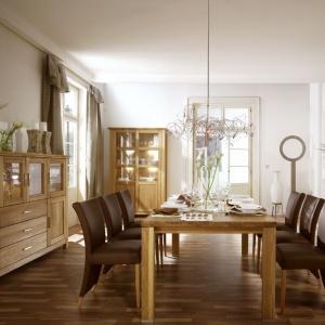 Eleganckie, piękne meble wykonane z litego drewna dębowego. Solidny stół oraz komoda i regał z eleganckimi frezowaniami tworzą niezwykle wysmakowany zestaw. Fot. Dekort, kolekcja mebli do jadalni Porto.