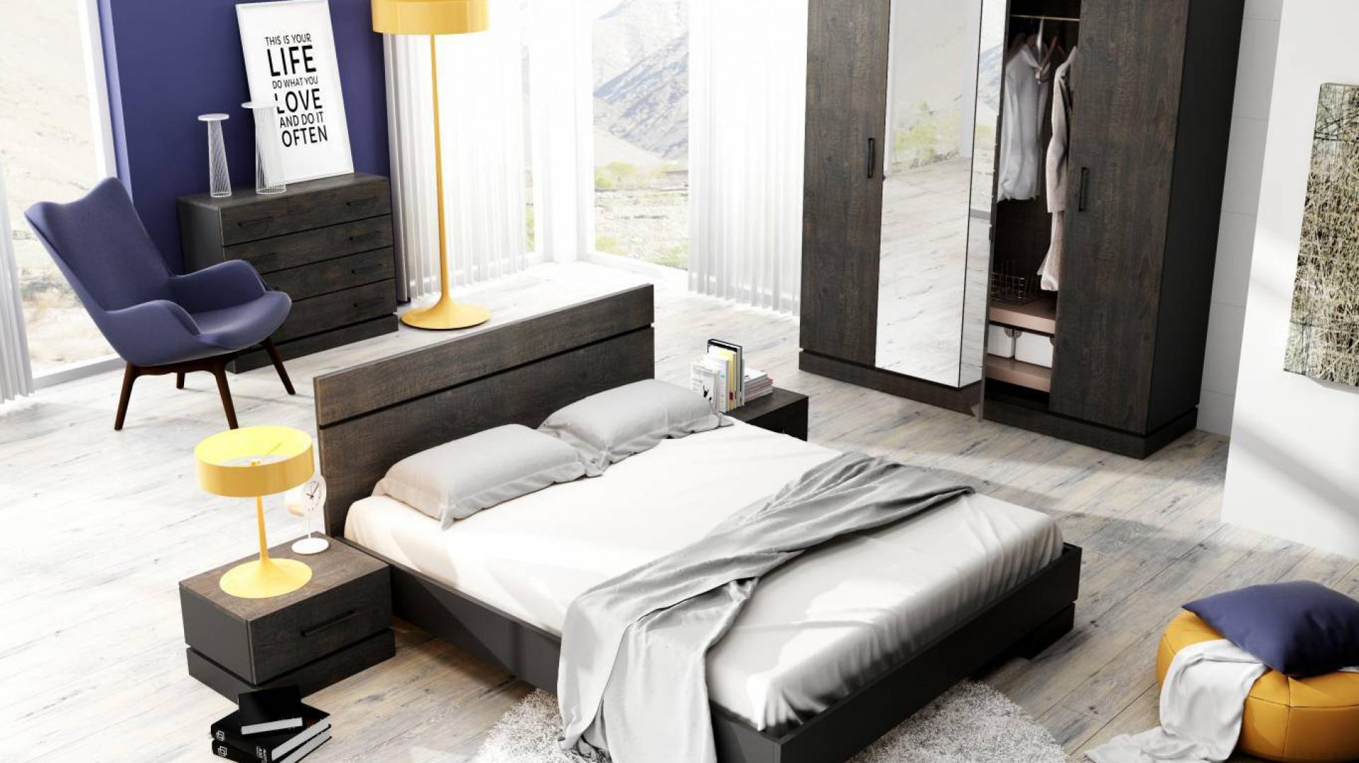 Kolekcja do sypialni Sherwood to piękno rustykalnego drewna. Ciemne wybarwienie nadaje meblom tajemniczości oraz charakteru. Fot. DigNet.