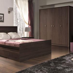 Finezja to klasyczne w formie meble do sypialni, w kolorze dąb sonoma czekolada. Fot. Maridex.