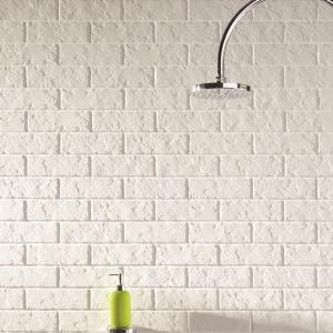 W klasycznym stylu – białe płytki ceramiczne jak cegły All in White firmy Tubądzin. Fot. Tubądzin.