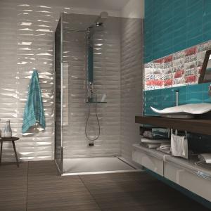 Z ciekawie falującą powierzchnią - płytki ceramiczne jak cegły Aqua firmy Realonda. Fot. Realonda.