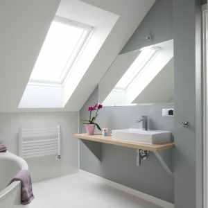 Okno dachowe sprawia, że łazienka na poddaszu jest bardziej jasna i przestronna. Projekt: Karolina i Artur Urban. Fot. Bartosz Jarosz.