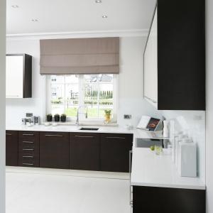 Ilość miejsca na przechowywanie w tej kuchnia jest naprawdę spora. Szafki górne i dolne zapewniają przestrzeń na wszystkie akcesoria i sprzęty.
