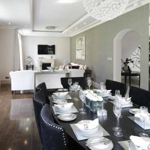 Jadalnia płynnie łączy się z salonem, dzięki czemu wspólna strefa dzienna jest bardziej przestronna.
