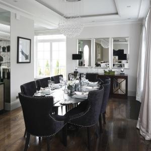 Piękny drewniany stół zestawiony ze stylowymi krzesłami oraz lustrzany barek (idealny do przechowywania stołowej zastawy) dodają jadalni przestronności oraz elegancji.