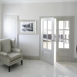 Do kuchni można wejść również przez drzwi w holu. Ich fazowane przeszklenia przypominają diamentowy szlif.