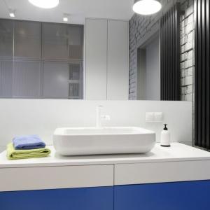 Mała łazienka w stylu loft to ponadczasowe wnętrze o około pięciu metrach kwadratowych powierzchni. Projekt: Monika i Adam Bronikowscy. Fot. Bartosz Jarosz.