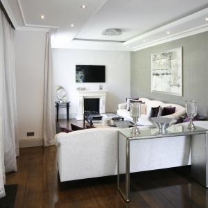 Jadalnię i salon łączy nie tylko wspólna przestrzeń, ale także styl, w którym zostały zaprojektowane. Całość jest elegancka i bardzo stylowa.