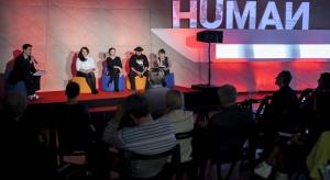 Na rynku prasy zadebiutował nowy magazyn lifestylowy HUMAN, poświęcony dziedzinom, których rozwój w Polsce wspierają fundusze norweskie i EOG. Pierwsze wydanie zawiera treść między innymi o muralach, designie, wyglądzie i przestrzeni polskich mi
