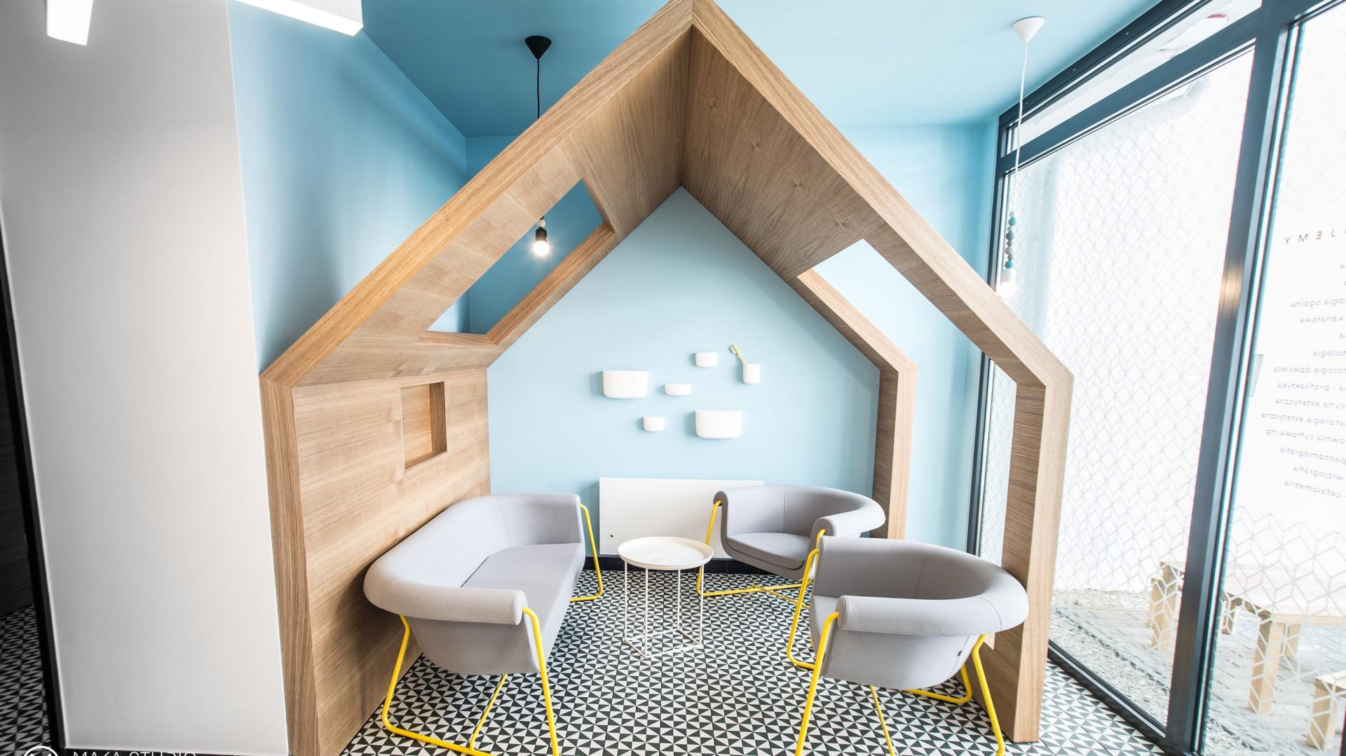 Kolory to ważny element wystroju kliniki. Wraz z geometrycznie przekształconym wzorem sieci, tworzy lokalne poczucie miejsca. Fot. Maka Studio