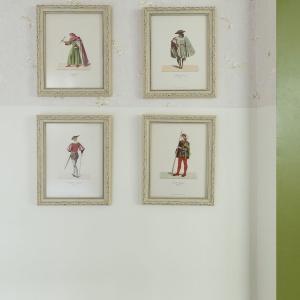 Urokliwymi akcentami dekoracyjnymi są obrazki, zawieszone na ścianie w sypialni. Również one wpisują się w paletę dominujących w pomieszczeniu barw. Projekt: Studio Raanan Stern. Fot. Gidon Levin.