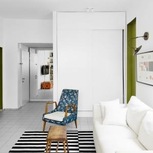 Jasne kolory dominują na ścianach i podłodze tego niewielkiego wnętrza. Biała jest również wysoka zabudowa, która dzięki temu niemal chowa się w ścianach. Projekt: Studio Raanan Stern. Fot. Gidon Levin.