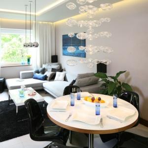 W eleganckim salonie zrezygnowano z firan na rzecz jasnych zasłon, które przepuszczają światło. Projekt: Chantal Springer. Fot. Bartosz Jarosz.