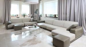 Dekoracja okna w salonie to istotny element jego wystroju. Podkreśli klimat wnętrza, doda mu przytulności.