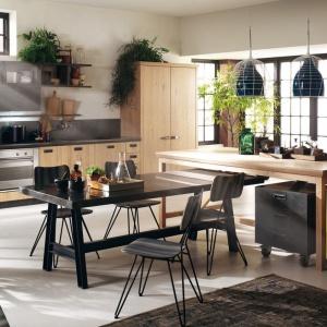Social Kitchen to propozycja wynikła ze współpracy włoskiej marki Scavolini i Diesla. Metalowe meble na nóżkach zestawiono z drewnianymi, klasycznymi meblami. Całości dopełniają industrialne lampy nad wyspą oraz emaliowana, żółta szafka na kółkach. Fot. Scavolini/Diesel.