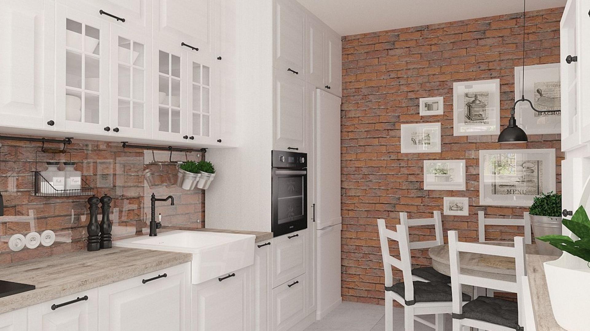 Biała, klasyczna zabudowa kuchenna zestawiona została z gipsowymi płytkami ściennymi, imitującymi naturalną cegłę w ciepłym czerwonym kolorze. Całość prezentuje się bardzo domowo i przytulnie. Projekt: Dorota Sobieraj. Fot. BJM Bricks.