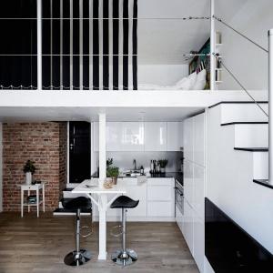 Mieszkanie jest niewielkie. Ma jednak wysoki sufit, otwierający się na dwie kondygnacje co dodaje mu przestronności we wrażeniu wizualnym. Fot. Stadshem/Janne Olander.