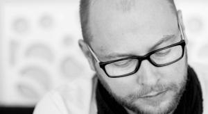 Artysta plastyk, magister sztuki, absolwent gdańskiej Akademii Sztuk Pięknych, architekt wnętrz-dekorator.