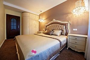 Pałacowa sypialnia w blasku światła kryształowych żyrandoli