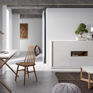 Komoda Natal doskonale prezentuje się zarówno w domu, jak i w przestrzeni publicznej. Wyjątkowy design oraz funkcjonalność z pewnością odróżniają ten produkt od innych. Stolik posiada cztery pojemne szafki. Model dostępny również w szarym jasnym kolorze. Fot. Moma Studio.