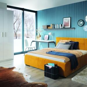 Sypialnia Carlet. Łóżko tapicerowane miękką, kolorową tkaniną sprawi, że wnętrze zyska ciekawy wygląd. Fot. Black Red White.
