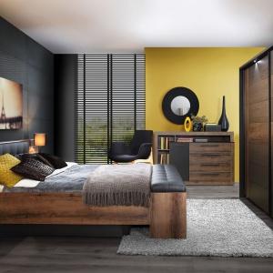 Sypialnia Bellevue nadaje wnętrzu elegancji i wprowadza klimat luksusu. Efekt ten uzyskano dzięki połączeniu ciemnych dekorów dąb szlachetny i dąb czarny oraz pionowemu oświetleniu zamontowanemu w wezgłowiu łóżka. Fot. Forte.