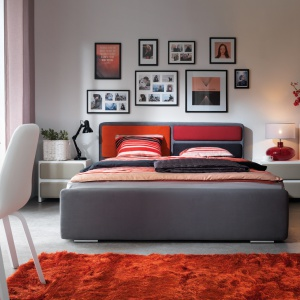 Łóżko tapicerowane Possi. Kolor tkaniny oraz zagłówek łóżka można swobodnie dostosować do stylistyki sypialni. Fot. Black Red White.