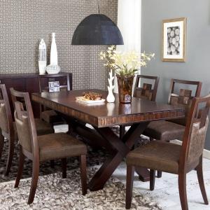 Kolekcja Malaga to ergonomiczne kształty, naturalna okleina ze szlachetnego drewna mahoniowego oraz ręcznie wykonane elementy dekoracyjne z egzotycznej akacji. Fot. Vinotti Furniture.