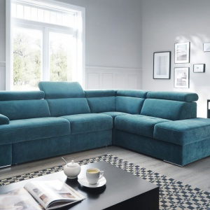 Belluno jest meblem stworzonym do dużych rodzinnych pokoi, gdzie skupia się całe życie domu. Nowoczesna linia mebli modułowych, pozwalająca budować zróżnicowane układy sof, które zakończone niskimi dostawkami w kształcie ruchomych puf. Fot. Gala Collezione.