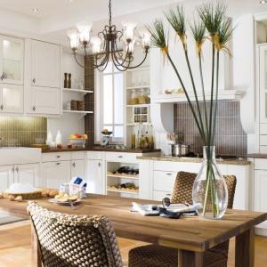Kuchnia Stockholm to piękne, klasyczne meble kuchenne z frezowanymi frontami, zwieńczonymi dekoracyjnymi, kutymi uchwytami. Dopełnieniem całości są przeszklone drzwiczki, nadające kuchni romantyczny charakter. Fot. Max Kuchnie.